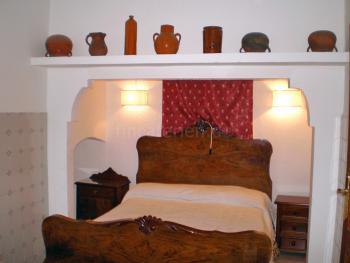 Schlafzimmer mit antikem Bett