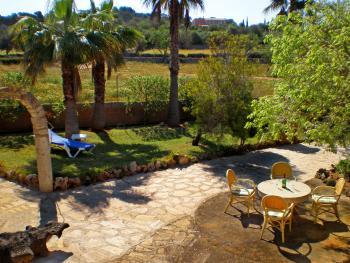 Großer Garten mit Schatten- und Sonnenplätzen