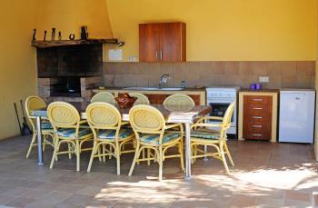 Überdachte Außenküche mit Grill
