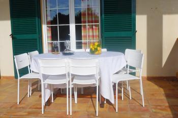 Überdachte Terrasse - Essplatz für 8 Personen