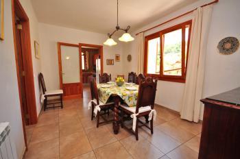 Esszimmer mit Zugang zur Küche