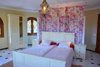 Schlafzimmer mit Doppelbett im Turm