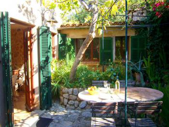 Garten und möblierte Terrasse