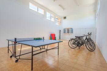 Tischtennisplatte und Fahrräder