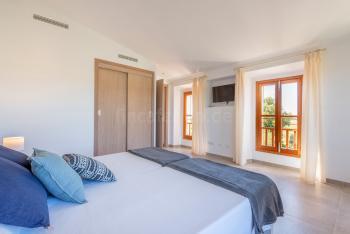 und Schlafzimmer mit Klimaanlage