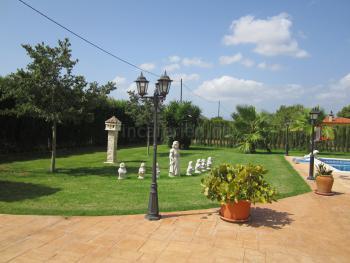 mit gepflegtem Garten und Pool