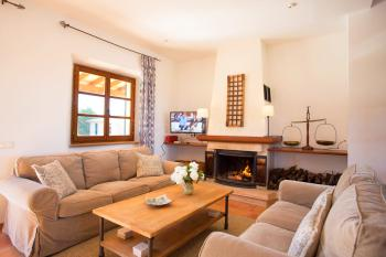 Wohnzimmer mit Kaminofen und Sat-TV