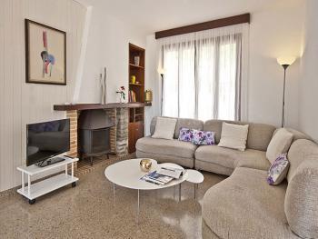 Wohnzimmer mit Kamin und Internet