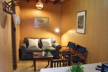 Kleines Wohnzimmer mit Sofa,