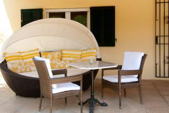 Mehrere Chill-Out-Bereiche mit Loungemöbeln