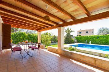 Relaxen im Schatten der Terrasse am Pool