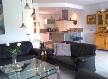 Offener Wohnbereich mit integrierter Küche