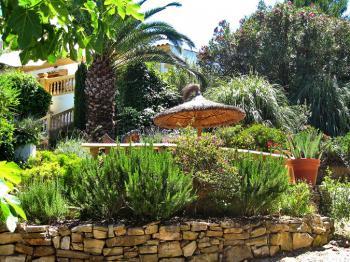 Große Terrasse, im Garten gelegen