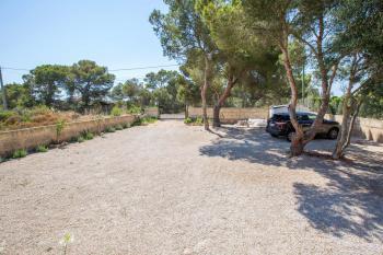 Einfahrt, Hof und Parkplatz