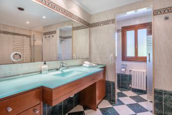 Großes Badezimmer mit Dusche