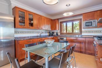 Moderne Küche mit Geschirrspüler,