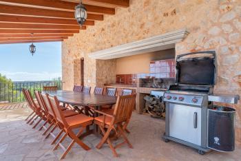 Sommerküche mit Grill und Essplatz