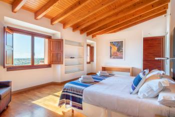 Schlafzimmer mit Klimaanlage und Ankleide