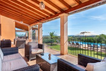 Terrasse mit Sitzgruppe und Essplatz