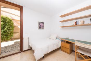 Schlafzimmer mit Einzelbett und Heizung