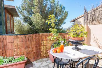 Möblierte Terrasse neben der Küche