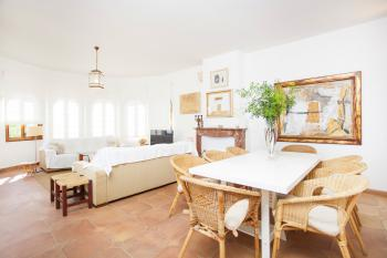 Wohn- und Esszimmer mit Klimaanlage