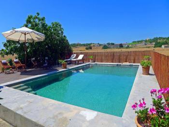 Pool und Sonnenterrasse - abseits gelegen