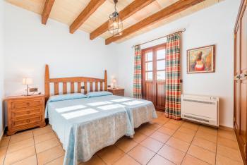 Schlafzimmer mit Klimaanlage und...