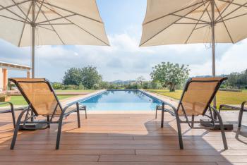 Relaxen im Urlaub am Pool