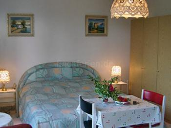 Doppelbett und Essplatz