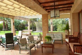 Große überdachte Terrasse und Garten