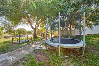 Tischtennis und Trampolin im Garten