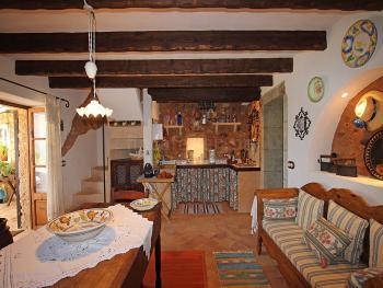 Gemütliche Wohnküche im mallorquinen Stil