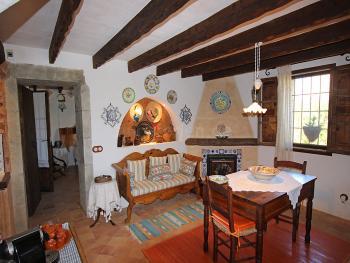 Wohn- und Esszimmer mit Kamin und Internet
