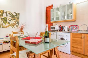 Küche mit kleinem Esstisch