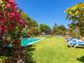Finca mit gepflegtem Garten und Pool