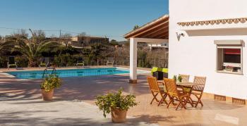 Pool und große Terrasse
