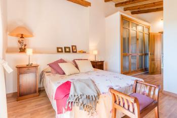 Schlafzimmer mit Klimaanlage, Holzfußboden