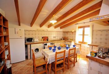 Große Küche mit Essplatz