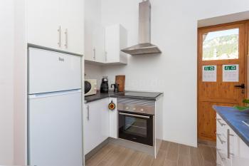 Helle Küche mit Ceranfeld, Mikrowelle