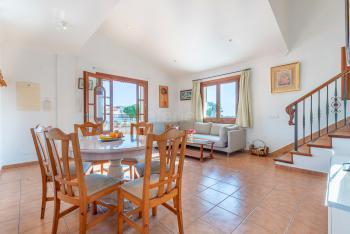 Wohnzimmer mit Klimaanlage und Heizung