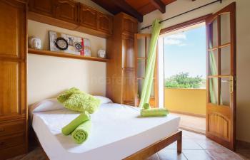 Schlafzimmer mit Ausgang auf den Balkon