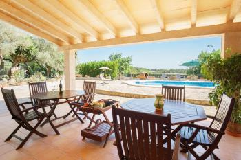 Überdachte Terrasse mit Außenküche