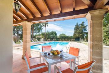 Überdachte Terrasse mit Blick zum Pool