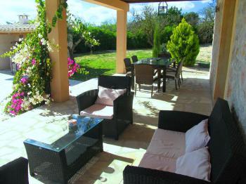 Terrasse mit schicken Gartenmöbeln