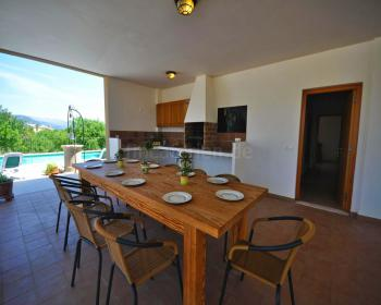 Terrasse mit großem Esstisch...