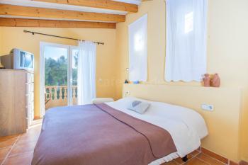 Schlafzimmer mit Balkon und Sat-TV
