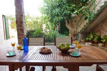 Terrasse und begrünter Innenhof