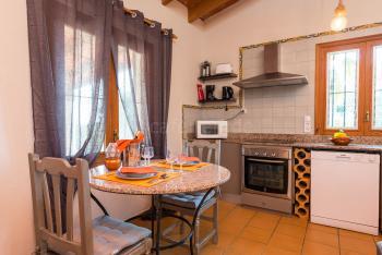 Essplatz und moderne Küche mit Mikrowelle,