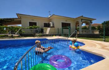 Eingezäunter Pool mit Kinderbecken